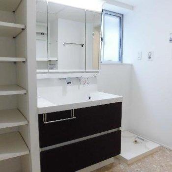 1階にも洗面台と洗濯機があるんです
