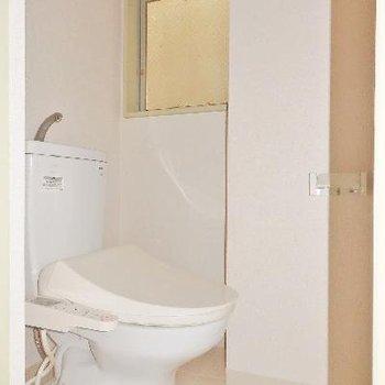 トイレにも小窓が!