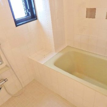 シルバーのタイルがアクセントになっています。シンプルな作りの浴室です。