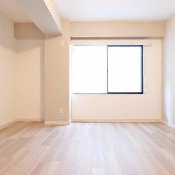 こちらはナチュラルなお部屋。