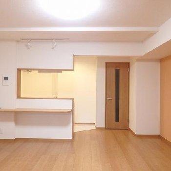カウンターキッチンのカウンターは丸くて安全。※写真はどう間取りの別室