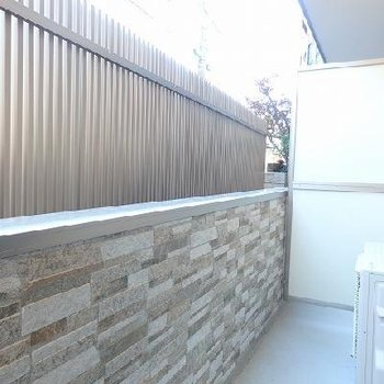レンガ模様がかわいいベランダの壁。※写真はどう間取りの別室
