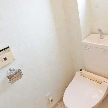 トイレも明るく広々しています。