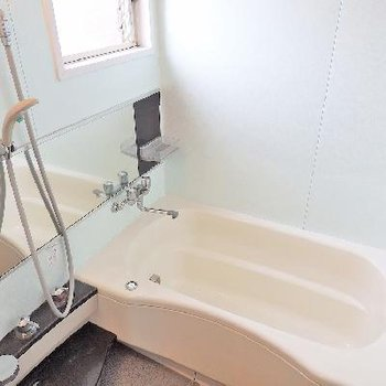 お風呂にも小窓がついています。