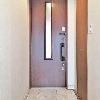玄関横の扉はブレーカー隠し!屈の収納にも使えそうです。