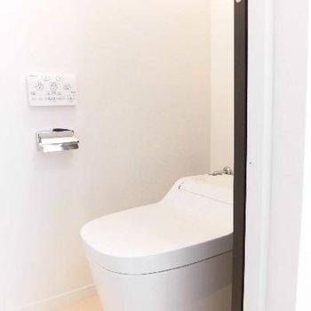 個室トイレは最新式!便器大きくてゆったりです