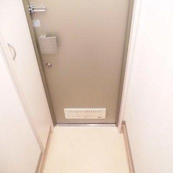 コンパクトな玄関です