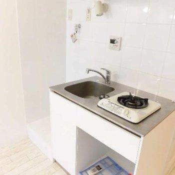 キッチンもとってもコンパクト!横には洗濯機です
