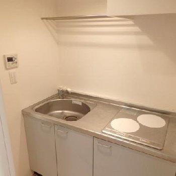 キッチン。IH2口コンロ。※写真は別部屋です。