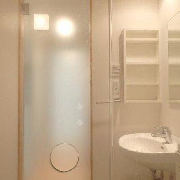 お風呂から見て、手前はクリアガラス。奥がスモークガラス。※写真は別部屋です。