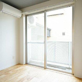 4.2帖の寝室にも大きな窓が♪※前回募集時の写真です