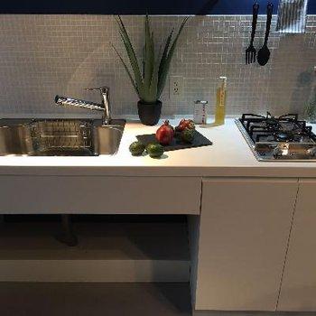 キッチンは2口コンロ。シンクがなんだかかっこ良く見える。。