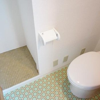 トイレ横には大きめの収納があります!