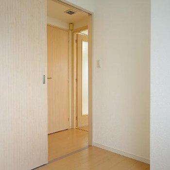 2面採光でとてもシンプルなお部屋です。