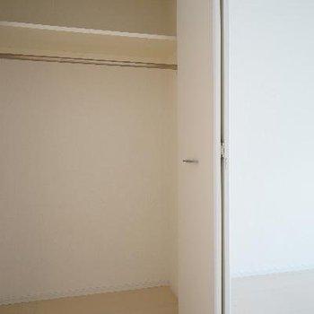居室には大きめの収納も!