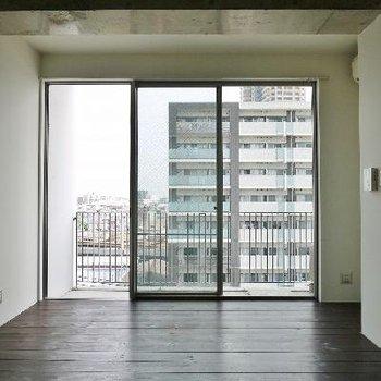 天井高3.3mの開放的な窓!