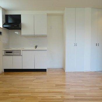 キッチン横に洗濯機置き場。※写真は別部屋です