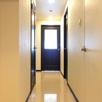 玄関から。つるつるの床にガラスが反射して素敵!