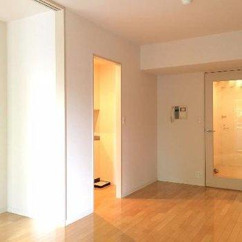 窓側から。玄関からのドアもクリア。