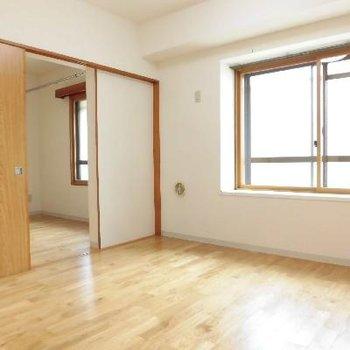 窓が大きくて光も入ります!※写真は別のお部屋です