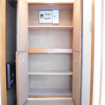 棚は自分で増やしましょう♪※写真は別のお部屋です