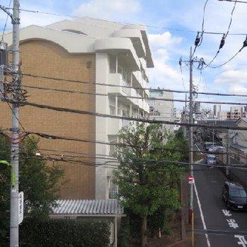 お部屋からの眺めです、住宅街ですが車の音がささやかに聞こえます