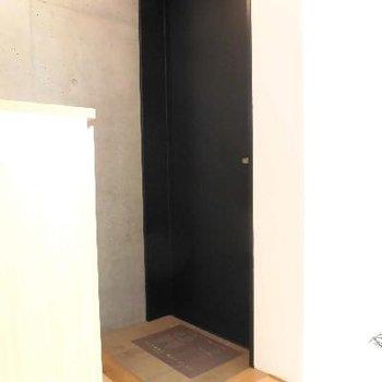 ドアはシックにブラックです