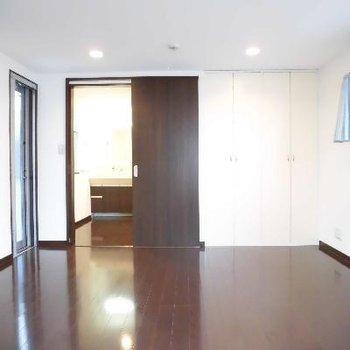 1階のベッドルームはクイーンサイズのベッドが似合う