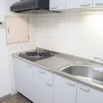 2口ガスコンロに広々シンクのキッチン。※写真は前回募集時のものです