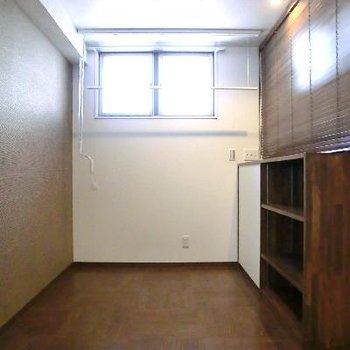 玄関横の空間。ここにベッドかな♪靴箱の上にブラインドもあります。