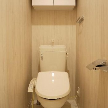 設備が整ったトイレ。収納棚も便利。