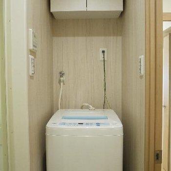 洗濯機は付いてます。よいしょよいしょに棚があるのは助かります。