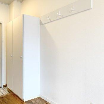 玄関横には下駄箱とクローゼットがあります ※写真は前回募集時のもの