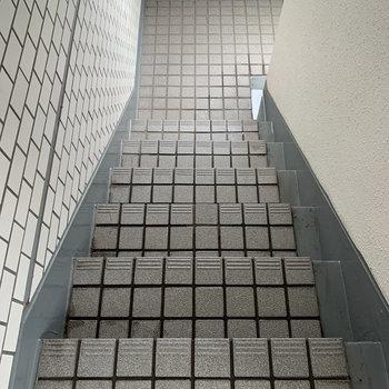 階段は狭めなので、家具の搬入出の際は寸法をご確認ください。