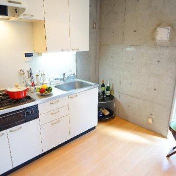 キッチンは3口ガスで窓もgood!