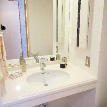 洗面台は大きな鏡です♪