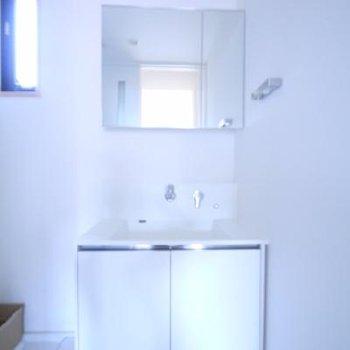 洗面台はシンプルなデザインですね。
