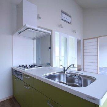 キッチンは3口ガスで対面式!