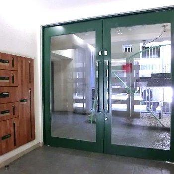 エントランス。グリーンの扉に木目の宅配ボックス。急にカントリー調ですね。