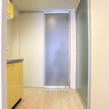キッチンスペース。広め空間。玄関が引き戸でシャットアウトできるんです。
