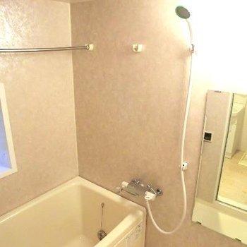 お風呂も窓付きだ〜!やわらかなピンクベージュ。