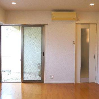 天井高ある空間にダウンライト。※写真は別部屋です