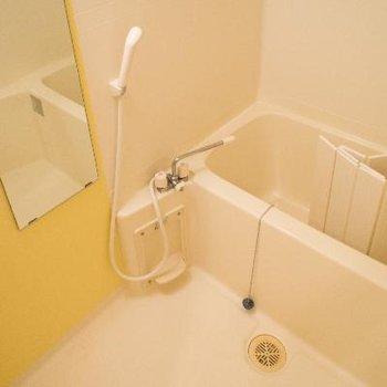 黄色の壁で明るい浴室