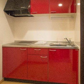 赤いキッチンがキュート!