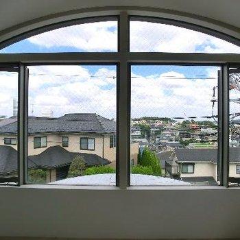 この窓が大好きで。