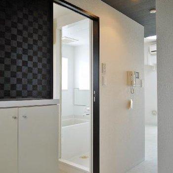 玄関はダークな壁でシックで落ち着いた雰囲気。