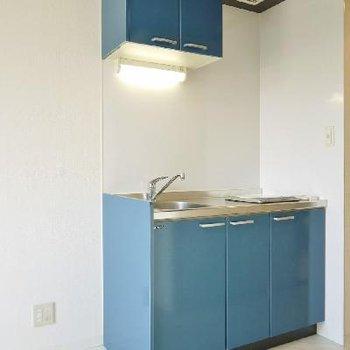 爽やかなブルーのキッチンが生活感を感じさせない。