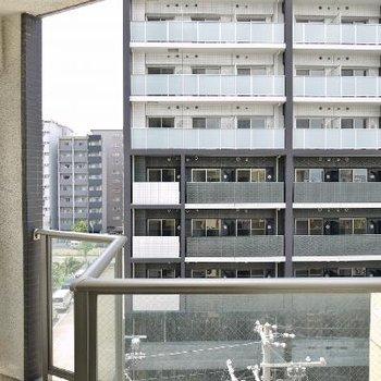 眺望は6階なので前のマンションとかかり気味。