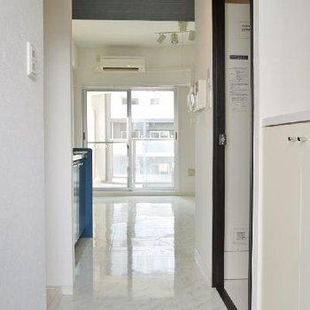 玄関から純白で清楚な印象。