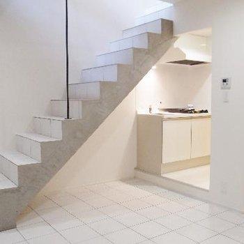 階段の下側にキッチンがあります